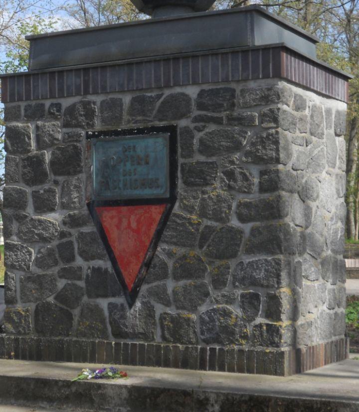 Am Denkmal der Opfer des Faschismus wurde unter anderem an das Schicksal der Wehrmachstdeserteure erinnert. Im März oder April 1945 in Biesenthal erkundigten sich drei junge Wehrmachtssoldaten nach dem Weg Richtung Lobetal. Später fand man sie in einer Scheune am der Kirschallee erhangen, was als Strafe für Desertion gedeutet wurde.
